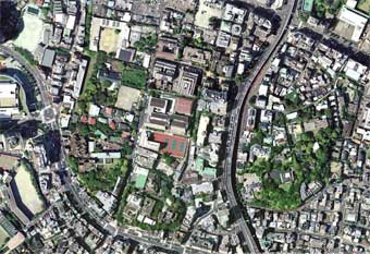 東京都港区六本木五丁目周辺の航空写真。首都高速道路東側には、同じく超高級住宅地である麻布永坂町がひかえている。