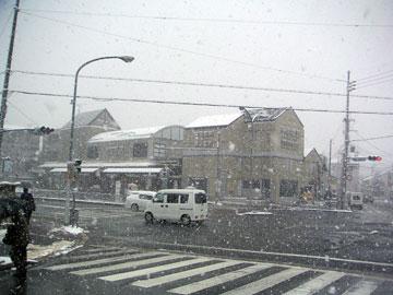 雪の舞う出町柳駅近辺