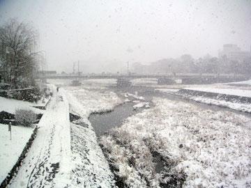 鴨川にかかる橋から三条方面を見る。
