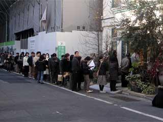 キルフェボン銀座店前の行列。あまりに長くて、写真に入りきらなかった。