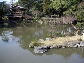 九条邸跡。橋の上から茶室方向を眺める
